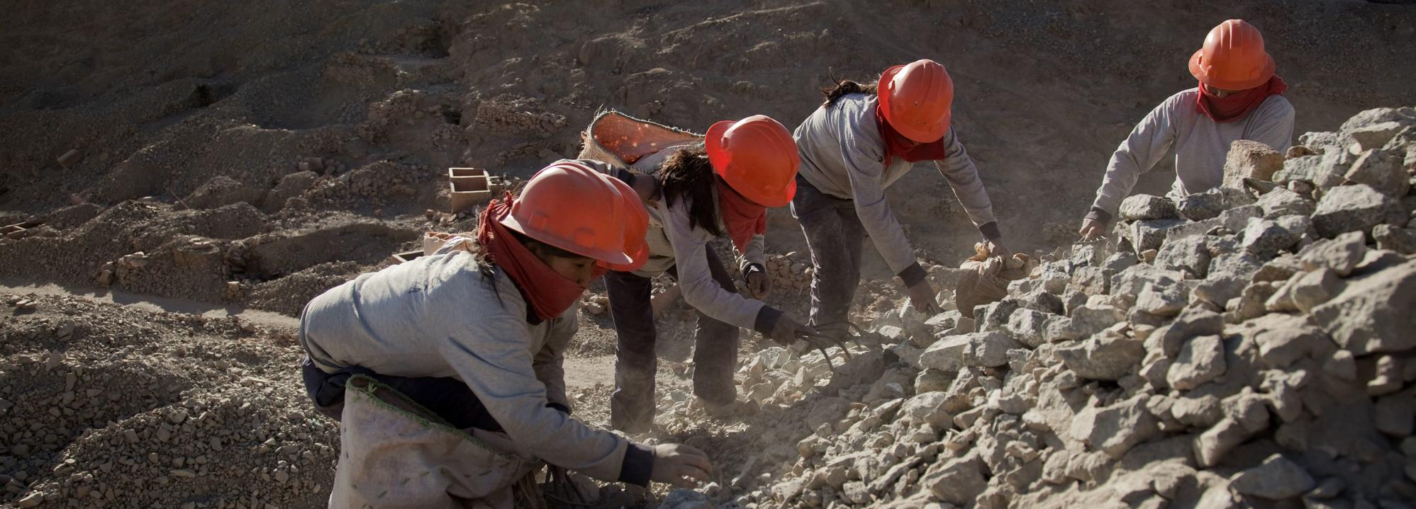 Female Peruvian gold mineral sorters © Eduardo Martino, Fairtrade