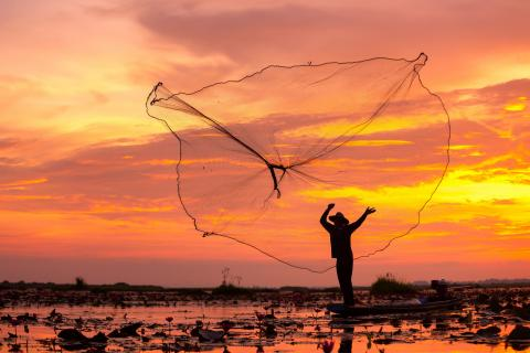 Silhouhette of fisherman at sunset © tong2530, Adobe stock